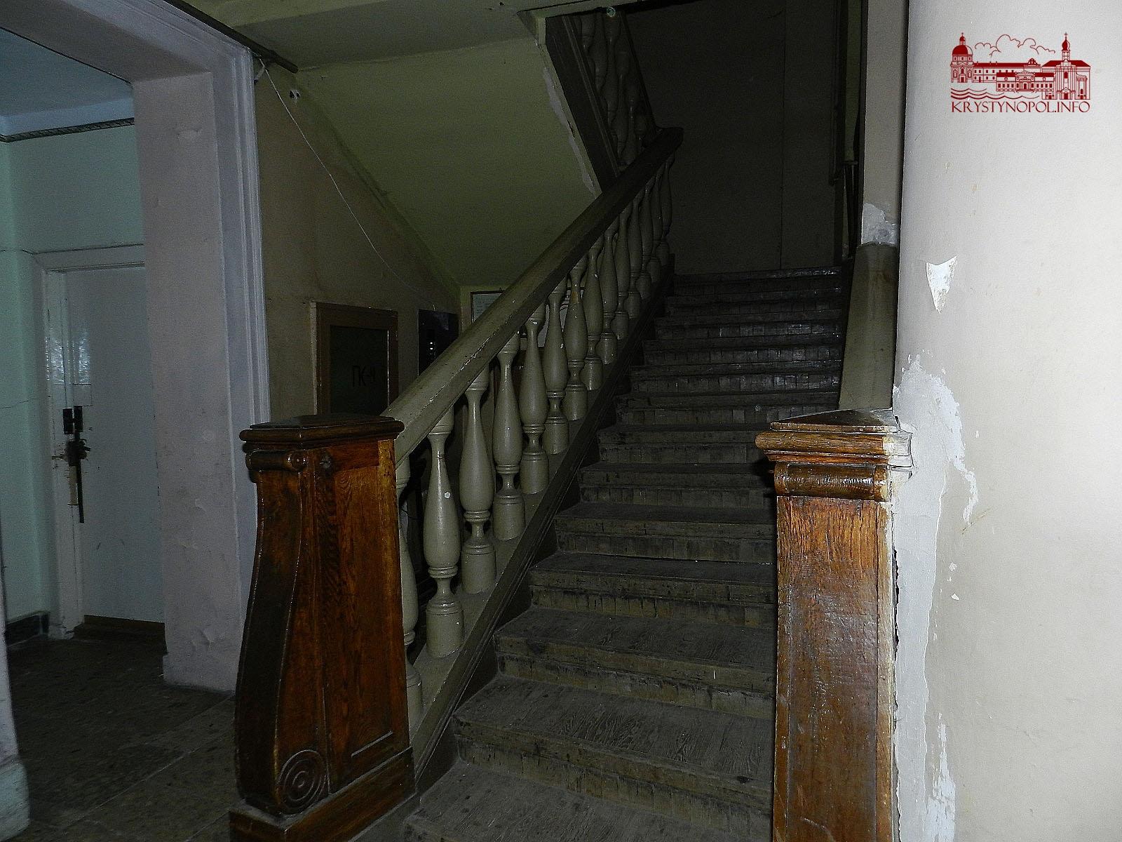 Сходи до буфету на другому поверсі.