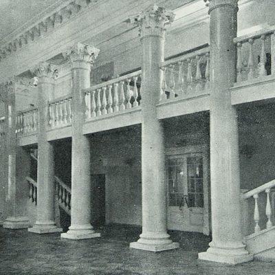 Фойє кінотеатру у Жуковському.