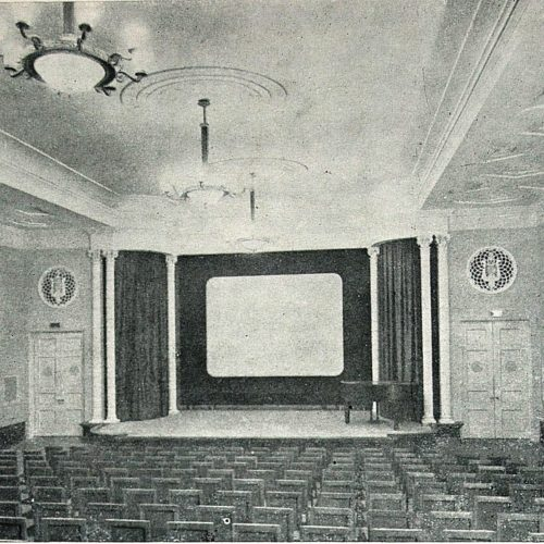 Глядацький зал кінотеатру у Жуковському.