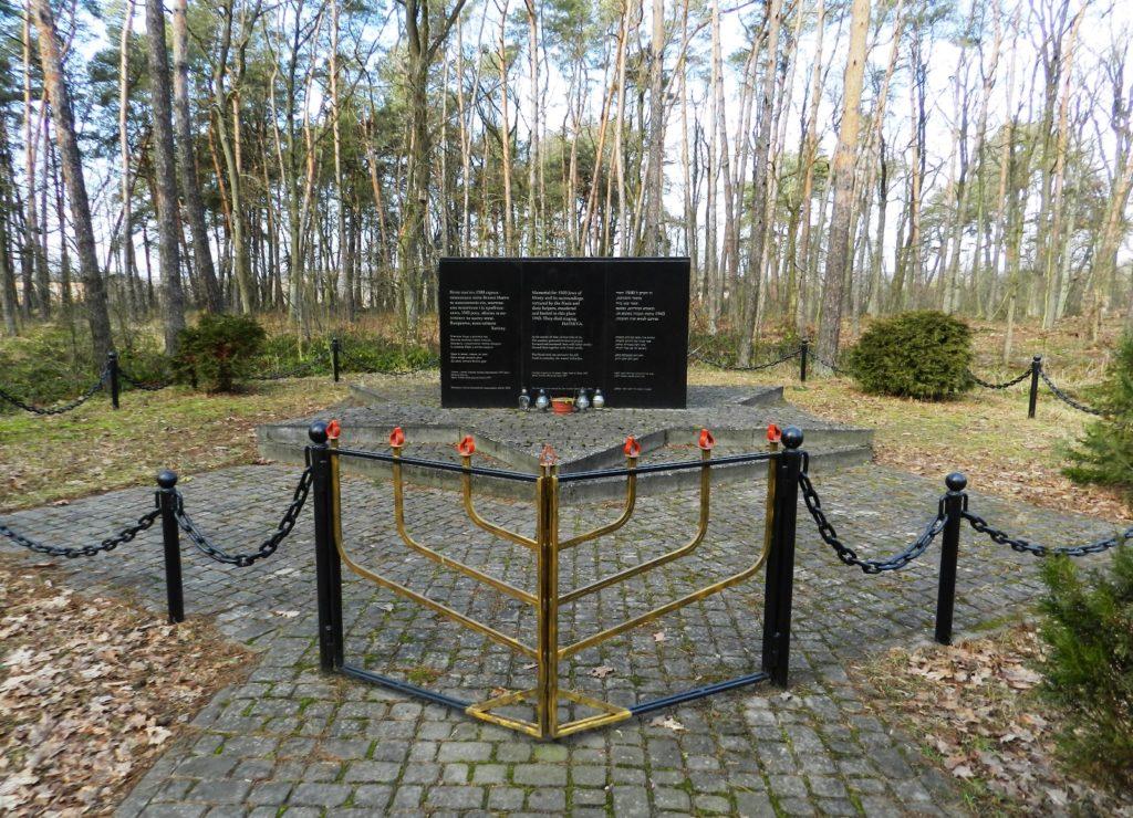 Меморіал жертвам Голокосту у Великих Мостах